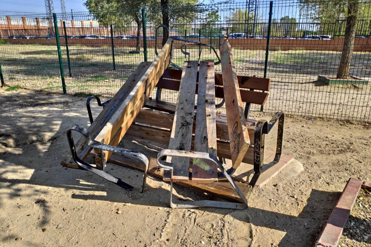Llenan de excrementos los bancos del área canina de Las Moreras